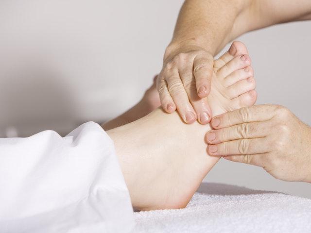 Fotmassage under behandling