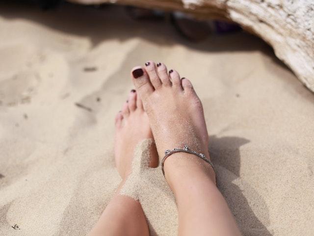 Fötter i sand