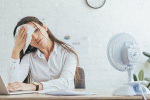 Kvinna med överdriven svettning i pannan